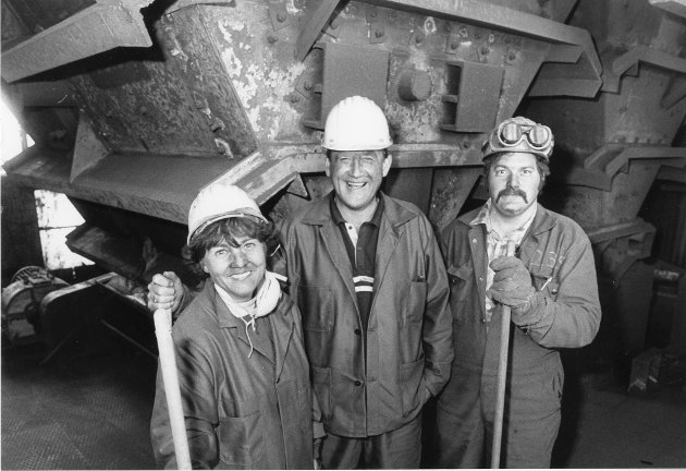 Ryddeaksjon ved Elkem Rana, juni1991. Smilet manglet ikke i de støvete ansiktene. Sekretær Ruth Schwensen, adm.dir Per Terje Torgersen og mekaniker Henry Børsheim gjorde reint i 6. etasje i sinterverket.