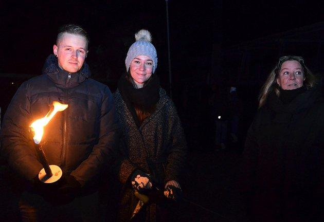 FIN REFLEKSJON:  Jeg er her hvert år for å stoppe opp og reflektere over de kjære som ikke her er, sier Trine Bøhn (t.h.) sammen med Martin Holst og Lea Bøhn Engen.