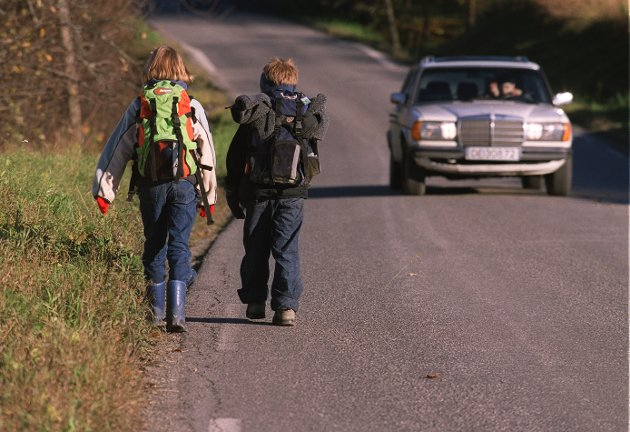 Fotgjengere skal gå på venstre side når veien ikke har fortau. Hvorfor bytter så mange side, spør en mann i Kristiansund.