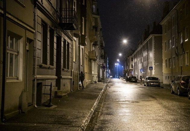 – Snart gjenforenes vi med sene netter og lange gåturer for å spare taxipenger. Nøkkelen klar i hånden, med venninner på hurtigtast. Du vet aldri intensjonen til dem som går bak deg, skriver Josefine Gjerde.