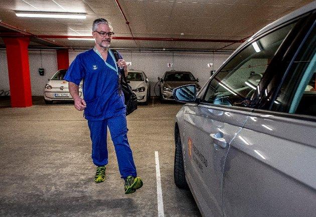 Vernepleier Frank Peder Matre er en av de mange som jobber i hjemmesykepleien. Artikkelforfatteren spør om det er optimalt at pleiepersonalet bruker så mye av arbeidstiden til å kjøre bil og fly i trapper.