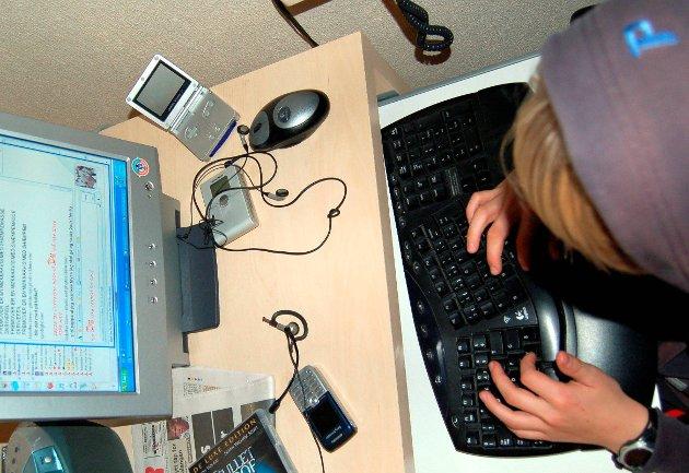 FORAN PC-SKJERMEN: Norske barn og unge er på europatoppen i hvor mye tid de bruker digitalt. Illustrasjonsfoto
