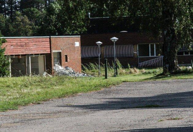RIVES: I disse dager rives de gamle byggene på Grefsrud, hvor et stort boligprosjekt er på vei.