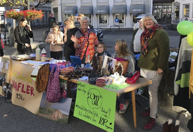 Frivillig arbeid: Elever fra Kragerø videregående skole og OmAtt solgte varer til inntekt for Illula Orphan Program.