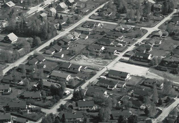 Karlshus, Skråtorpfeltet med Ørneveien og Orreveien og friområdet i midten. Bildet er fra 1980-tallet.