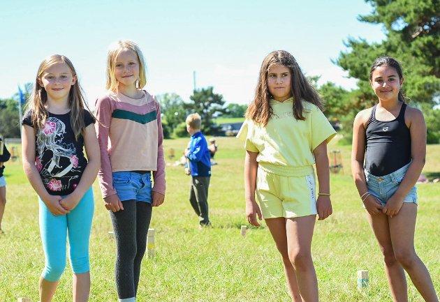 VANNLEK: Niåringne Molly, Iben, Mia og Olivia koste seg med kubb da Moss Avis møtte dem ved Tronvikstranda onsdag. - Vi har også badet, vært på SUP, fisket krabber og spilt frisbee, forteller de.