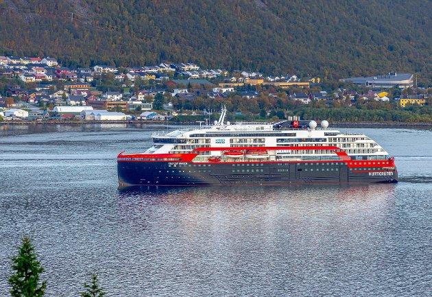 Dersom Hurtigruten AS og Havila Kystruten ikke tar utgangspunkt i kystens behov og bidrar til at utviklingen av produktet svinger sammen med kysten og forblir relevant for kystens ved og vel, er det dessverre sannsynlig at det folk flest kaller for hurtigruten seiler mot avvikling, skriver kronikkforfatteren. Her er MS Fridtjof Nansen, det nyeste tilskuddet i Hurtigrutens flåte av ekspedisjonsskip.