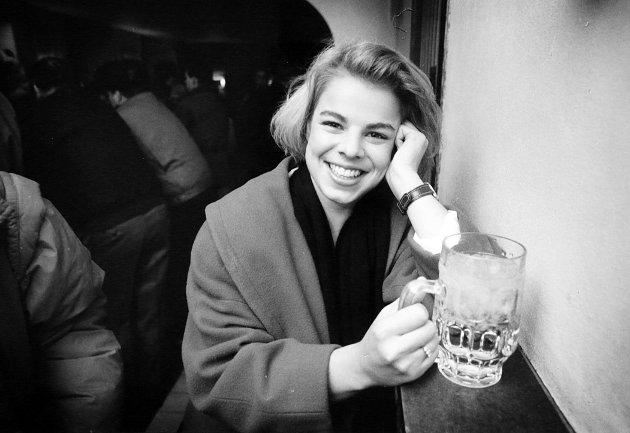 PÅ BYEN: Eunike Ditlefsen på Ølhallen i desember 1990.