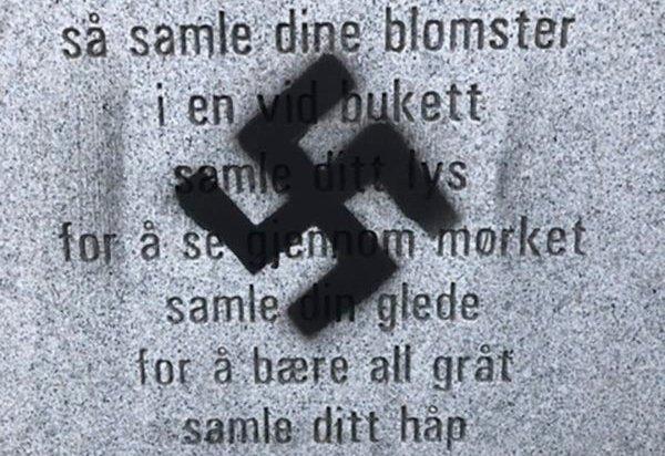 Minnesmerket etter 22. juli i Tønsberg ble natt til mandag utsatt for vandalisme. Noen har sprayet et hakekors på minnesteinen som står ved Hotel Klubben. Foto: Tønsberg kommune / NTB scanpix