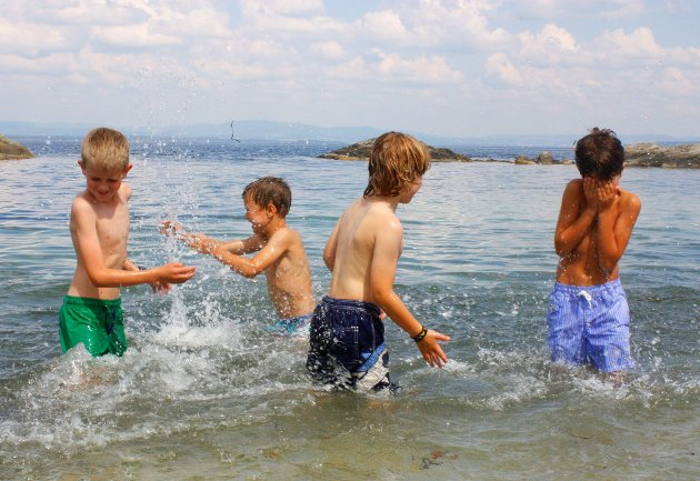 2014: BADEGLEDE PÅ ELLEFEN, NÆRSNES: Eskild (9), Olav (8), Jacob August (7) og Ole (7) har rukket å bade mange ganger i år allerede. – Men det er nå det begynner å bli deilig. Det er varmt i vannet. Det eneste som er litt kaldt er når du skal opp igjen, smiler Jacob August.