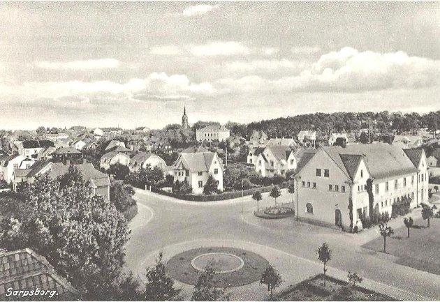 Rivingen av Sarpsborg bad er et av mange uopprettelige overgrep mot tidligere tiders signalbygg i Sarpsborg, skriver Harald Otterstad. Bildet viser et postkort, hvor bildet trolig er tatt under krigen. Badet er bygget til høyre.