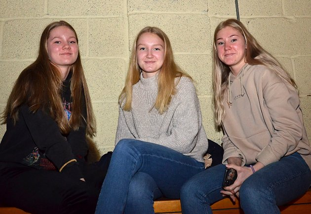 SKJETVE-PATRIOTER: Thea Carstensen. (f.v.), Hanna Fossum og Tuva Kristiansen koste seg på tribunen da laget de holder med vant stort.