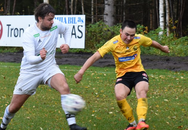 SCORING OG RØDT: Jonas Hylen (i gult) scoret hjemmelagets første, og klarte å pådra seg to gule kort og dermed rødt.
