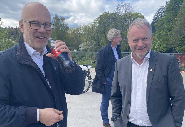 SMØRBLIDE: Kringkastingssjef Thor Gjermund Eriksen og Raymond Johansen er strålende fornøyde med å endelig å ha fått landet ny tomt for NRKs hovedkvarter. I bakgrunnen en like fornøyd styreleder Birger Magnus.