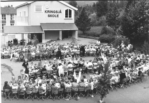 1985: Kringsjå skole, Lillehammer. Skoleavslutning og avskjedsdag for rektor Erling Linberg.