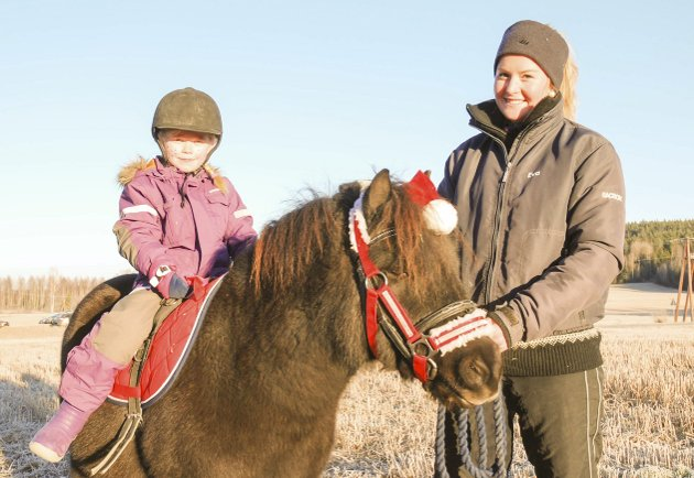 RIDETUR: Lina Flaig (7) fikk en fin tur på jordet med ponnien Lucio, trygt fulgt av Ida Berg fra Bergs rideskole i Sørum.