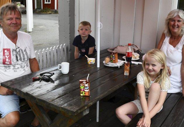Campingturister: Oddvar og Irene med barnebarna sine.