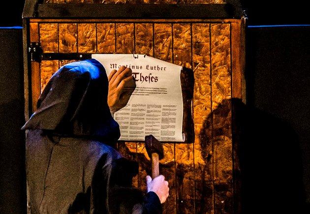 """Sammen med teatergruppen Ryfylke Livsgnist kom Martin Luther til Ås på tirsdag. Forestillingen """"Luther med latter"""" tok for seg 500 år på 90 minutter, der fire formidlere spiller ulike roller. Forestillinga bygger på historiske fakta, med humoristisk vinkling og musikalsk troverdighet. Med mye humor grep skuespillerne godt tak i publikum, og det ble bokstavelig talt Luther med latter i i nærmere to timer. Folk koste seg, og stemningen i vestibylen etter forestillingen var høy. Kaffe og kaker så ut til å smake ekstra godt i godt selskap."""