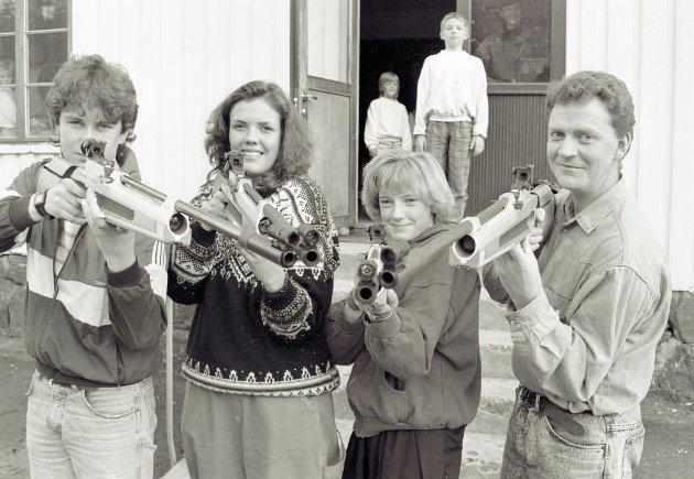 Bildet over stammer fra et arrangement hos Søndeled skytterlag i 1991. Fra venstre, i front, ser vi Odd Johan Jensen, Sonja Skogli (nå Lonebu, Maria Wormli Løvdal og Åge Roar Christoffersen. Bak på trappa ser man Hanne Eirin Wormli og Jørgen Sundsdal.