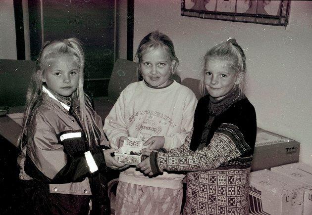 1994: Disse jentene hadde arrangert basar og pengene skulle gå til Redd Barna. Fra venstre er Ida Lunner, Jannicke Eriksen og Cathrine Sollie.