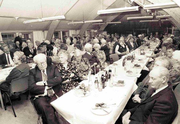 Året er 1991 og bildet er tatt fra årsmøte i Gjerstad historielag. Dette året var det særlig feiring, da historielaget fylte 50 år.