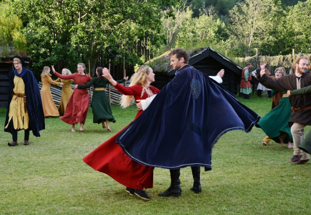 Kristin og Erlend blir hodestups forelsket og danser sammen, mens Kristin egentlig skal være en sømmelig novise i nonnekloster.