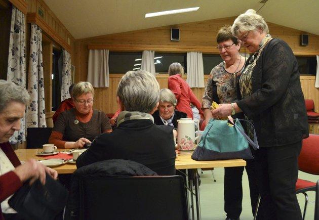 LODDSALG: Berit Gjerdingen (f.h.) og Gudrun Sletta tok seg av loddsalget.