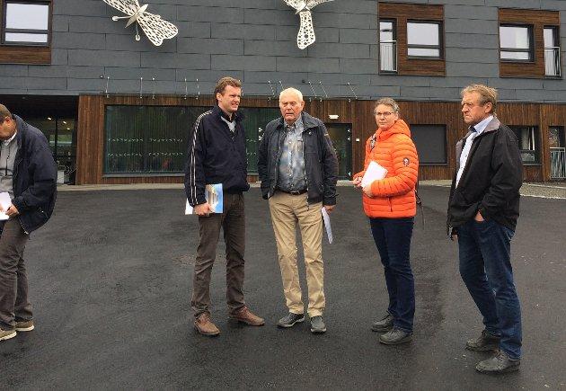 PÅ STUDIETUR: I 2017 dro politikere fra Gran på studietur til Frogn. På bildet: Pål-Arne Oulie (Sp), Einar Ellefsrud (uavhengig), Kristin Swärd (MDG) og Hans Bjørge (Sp) ved Ullerud sykehjem i Frogn kommune. Foto innsendt av Kari Dæhlen.