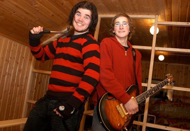 KRETIVE KREFTER: Fredrik Sveen Nygaard (t.h.) og Kristian Brorson Dahl ha snekret både låter og øvingslokale. Nå gleder de seg til Ungdommens kulturmønsting i Jevnaker.