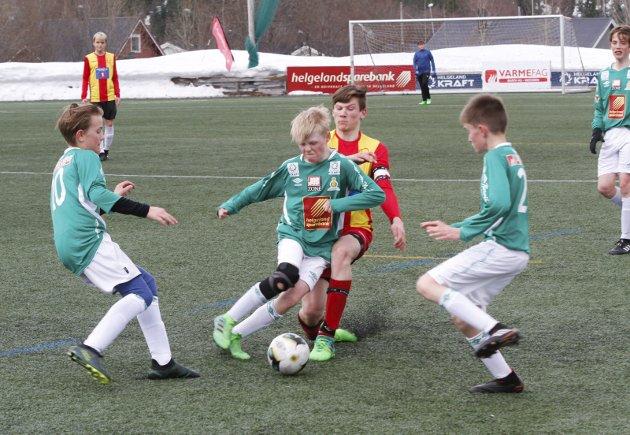 Første seriekamp mellom Olderskog 2 og Nesna i G14. Håkon Storrem hadde ballen mye og jobbet iherdig på midtbanen. Bilder: Per Vikan
