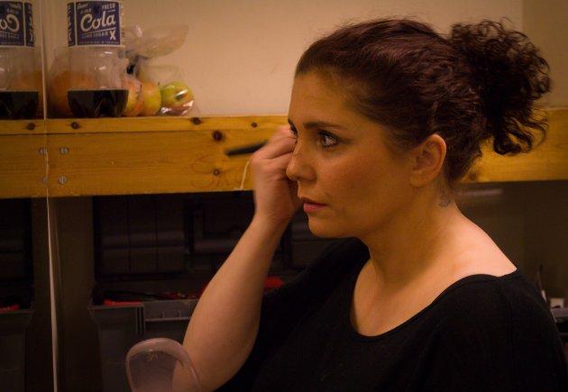 BACKSTAGE: Caroline Pedersen gjør seg klar til revyen.
