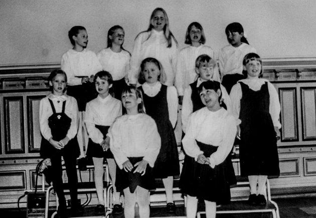"""Kragerø kirkes Jentekor underholdt i Legatsalen i 1995. Dette skjedde 13. mai dette året. """"Jentene sjarmerte oss alle"""", skrev Vestmar."""