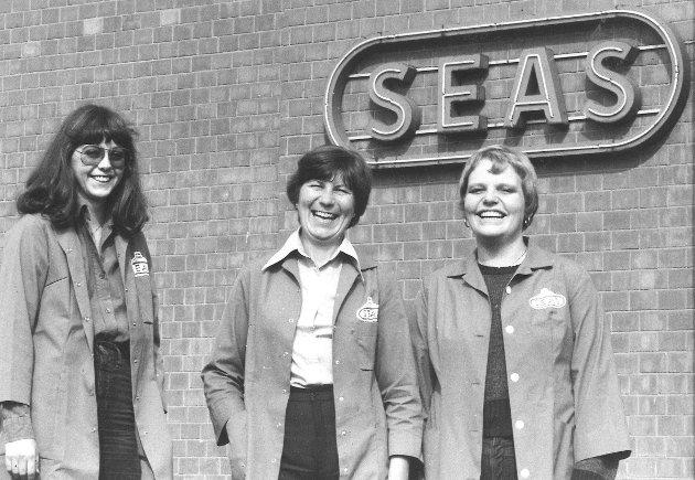 Seas Fabrikker, elektronikk og høytalerprodusent på Høyda i Moss.  Her ser vi tre fornøyde ansatte fotografert utenfor fabrikken i 1981.
