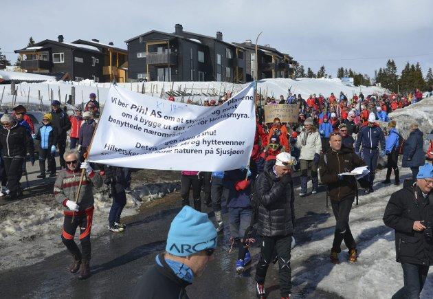 Protester: Det er ikke akkurat ro og harmoni som preger forholdene i Ringsakfjellet. En av de betente konfliktsakene er spørsmålet om utbyginga i Lunkelia.