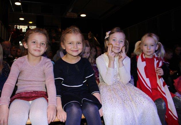 FØRSTE RAD: Maja, Charlotte, Marie og Vilje venter i spenning på at forestillingen skal begynne.