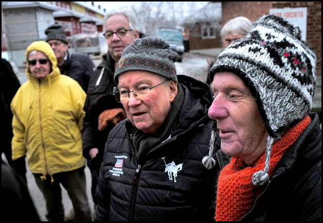 """Per Olaf Toftner (til høyre) starter nytt parti: """"Det rette parti"""". Her er han på en jernbanemarkering på Tarris nylig."""