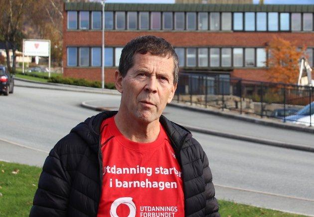 LÆRER: Sveinung Fjelde vil ha flere kvalifiserte og godkjente lærere i Strandaskolen.