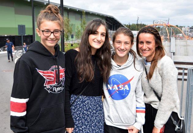 REIST FRA ITALIA: Fra venstre: Aurora (14) fra Norge synes det er koselig å gjenforenes med Rebecca (19), Martine (13) og Salome (33) fra Italia. De synes det å dra på stevne er sommerens høydepunkt.