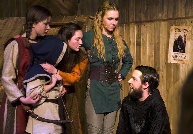 Sheriffen av Nottingham (Sturle Igland Bjordal) Helt til høyre er en plagsom fyr for Marion (i grønt) og barna Theresa, Lucy og Christoffer.   FOTO: Fyllingsdalen Teater
