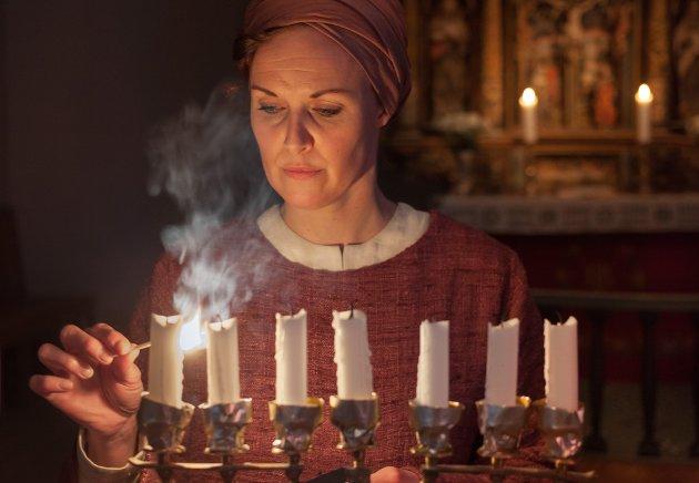 ÉIN SKODESPELAR: Ein lysestake er den einaste rekvisitten tilstades når Idun Losnegård framfører Miriam si forteljing.