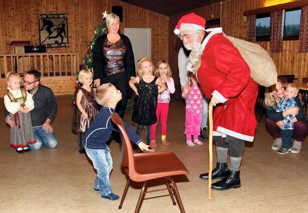 SNILLE NISSEN: - Jeg har satt fram stol til deg, Nissen! Noah Nilsen var hjelpsomheten selv da nissen ankom juletrefesten   på Furumoen på Galterud rett før nyttår i 2013.