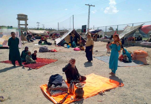 AKUTT KRISE: - Norge må vise solidaritet med det afghanske folket i den akutte krisen de nådeløst har blitt kastet ut i, skriver Gunnvald Lindset. Bildet viser en afghansk familie som sitter utenfor teltet sitt i Chaman, en grenseby i Pakistan. Mange afghanske familier har krysset grensen de siste ukene. (AP Photo/Jafar Khan)