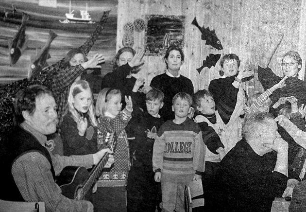 På Napp dro folk av huse når 5.-7. klasse  arrangerte skolekro.  Sang, musikk og hjemmelagede kanelboller sto på programmet.  Her hadde de en flott framføring av lofotsangen.