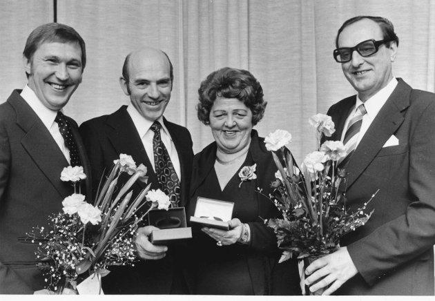 13. januar 1980:  Skjeggerød A/S.  To av de ansatte i firma Skjeggerød A/S ble hedret med gullklokker under en tilstelning i Park Hotel lørdag.  Firmaet, som driver i kjøttbransjen, ble opprettet for 25 år siden og har i dag til sammen 125 ansatte. De hedrede bestyrer i dag hver sin Tønsberg-forretning. På bildet er de flankert av firmaets eiere. Fra venstre: Freddy Henriksen, Hans Skjeggerød, Rønnaug Olafsen og Arne Skjeggerød.