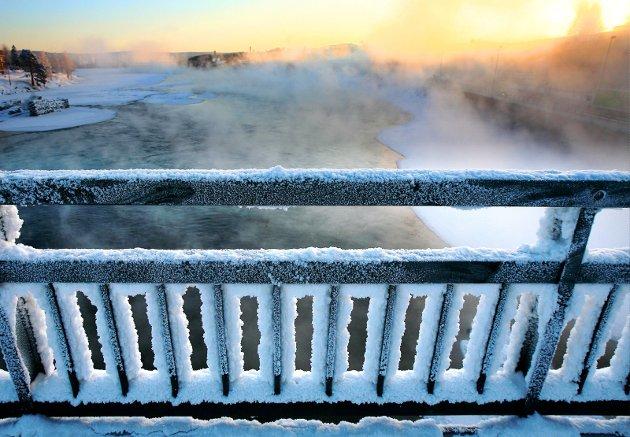 Lengter: Vår gjesteskribent Johan Osuldsen liker ikke kulde, og gleder seg til sola virkelig byr på varme igjen. Imens deler han iskalde opplevelser fra oppveksten i Kongsvinger. Ikke minst fra Kongsvingerbrua, der jernrekkverk dekket av rimfrost var en fristelse. FOTO: Ole-Johnny Myhrvold