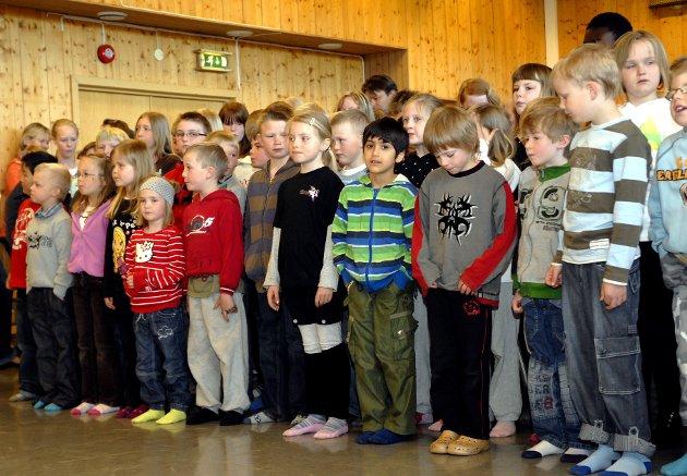 SANG: Elevene på Fagerlund skole dro i gang en flott sang for ordføreren. Sangen innholdt alt fra røversangen i Kardemomme by til Pippi-sangen og mange andre kjente slagere.