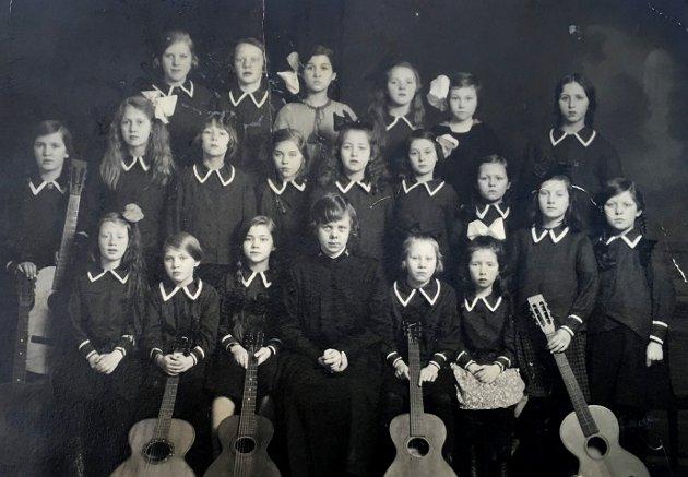 LANG HISTORIE I HALDEN: Dette bildet er fra Frelsesarmeen i Tistedal i 1924, 1925 eller 1926. Det nøyaktige årstallet er usikkert. Legg merke til at det er seks gitarer på bildet. Gudrun, som er nevnt i teksten under, sitter som nummer tre foran. Hun var et musikalsk vidunderbarn og gitar var hennes mulighet da hun var liten. Da hun ble voksen kjøpte hun i tillegg sitt eget piano.
