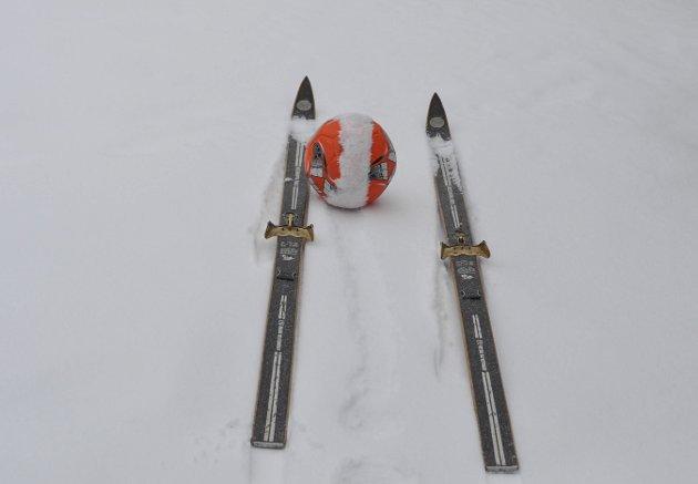 BLÅ SWIX ELLER SERIESTART?: Ski- og fotballfolket kjempet side om side i Vinter-Norge denne helga. Foto: Tom Minge Nilsen