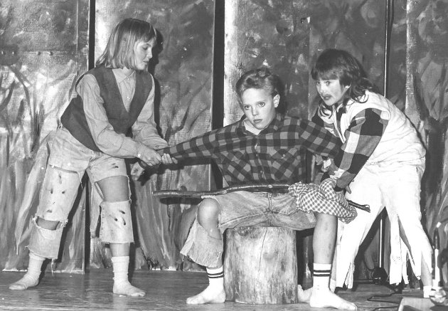 BARNETEATER: I april 1991 var det barneteater i Båtsfjord. Stykket handlet om Per, Pål og Espen Askeladd. Skuespillerne var Camilla Karstensen (f.v.), Stig Morten Michelsen og May Bente Eriksen.