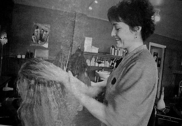 Frid Wenche Botolfsen jobbet på frisørsalongen Black &White. Hun tok svennebrev i 1991, nå var det striping som sto for tur. - Det er en velig grei jobb kunne hun fortelle.
